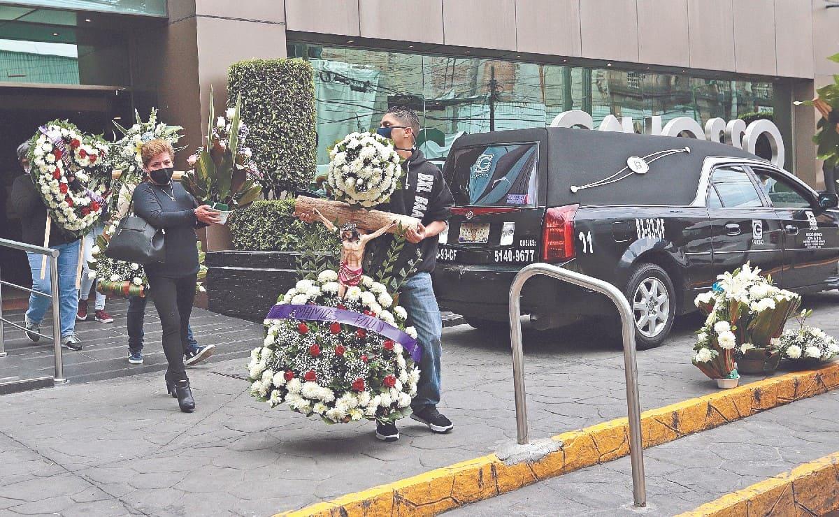 En último adiós a Polly Olivares en panteón de CDMX, amigos prometen venganza contra Diego