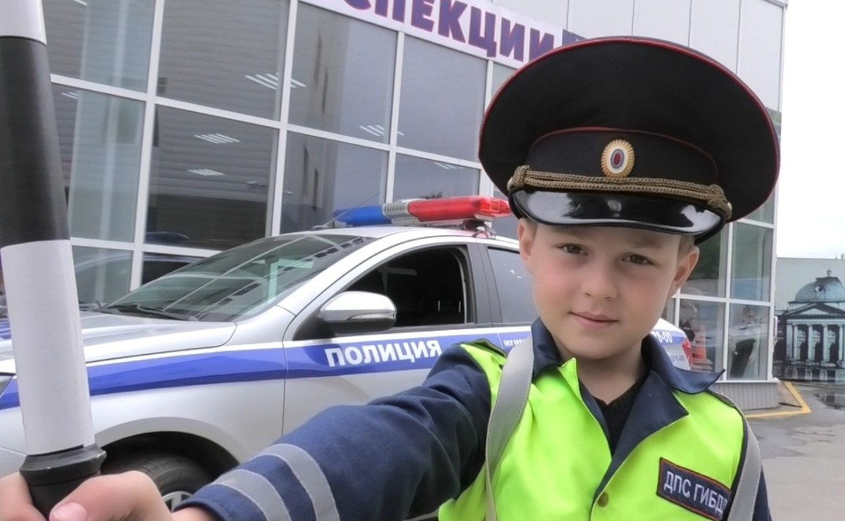 Niño ruso se convierte en oficial de tránsito por un día, hasta revisó documentos