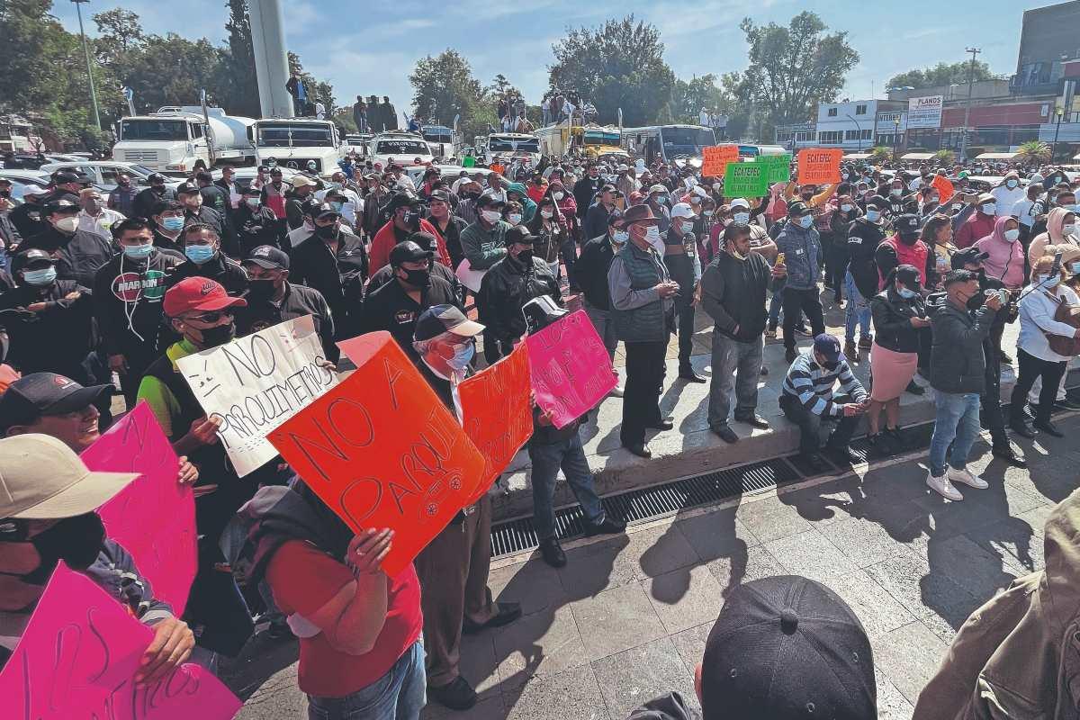 Conductores de pipas de agua paralizaron Ecatepec, piden pago millonario por repartir a necesitados