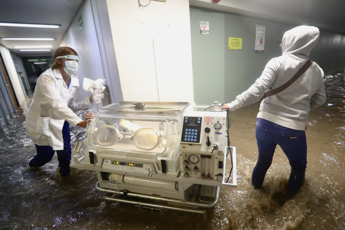 Continúa traslado de pacientes de hospital de Atizapán que se inundó, estos son los daños que tiene