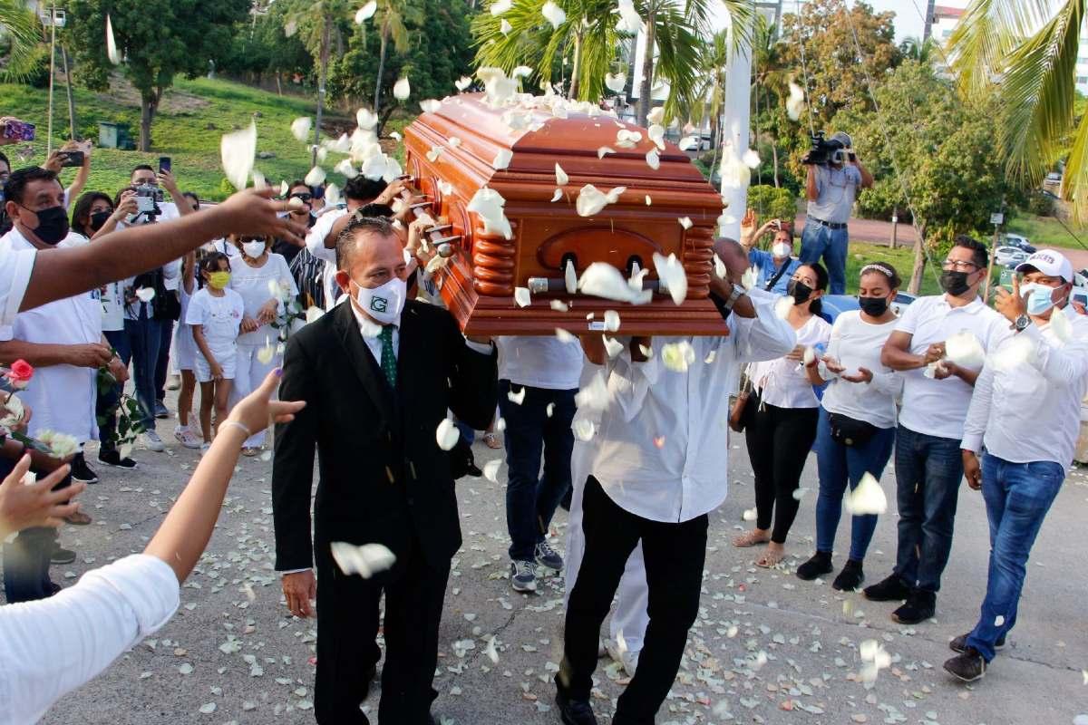 """Despiden con rosas blancas a José Manuel Zamacona, vocalista de """"Los Yonic's"""""""
