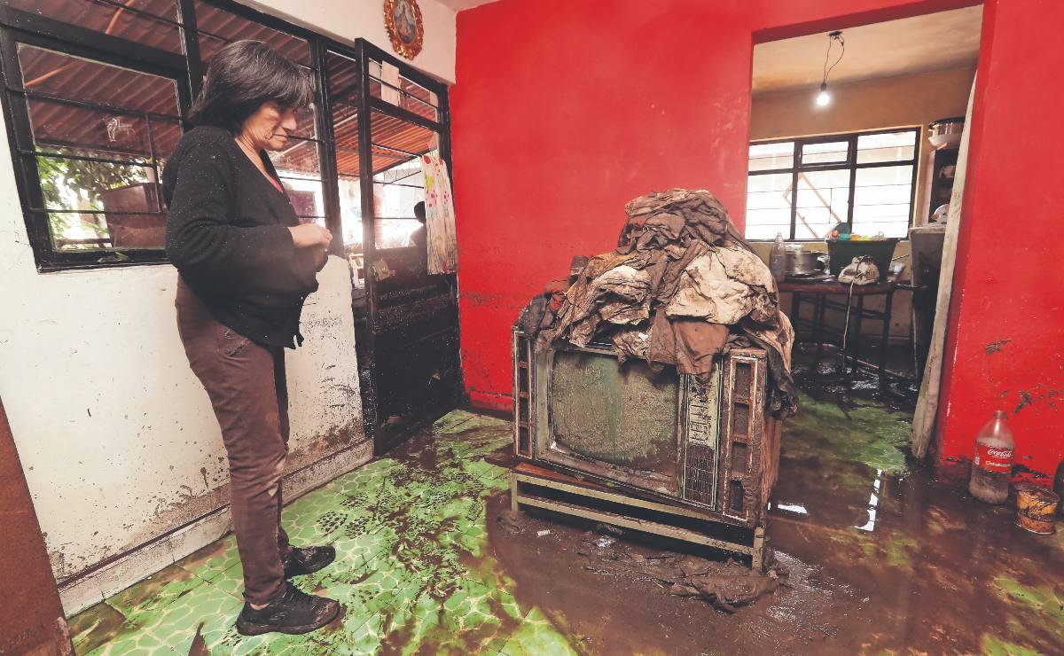 Lluvia colapsa la barda de un domicilio y arrasa con todo a su paso, en Atizapán