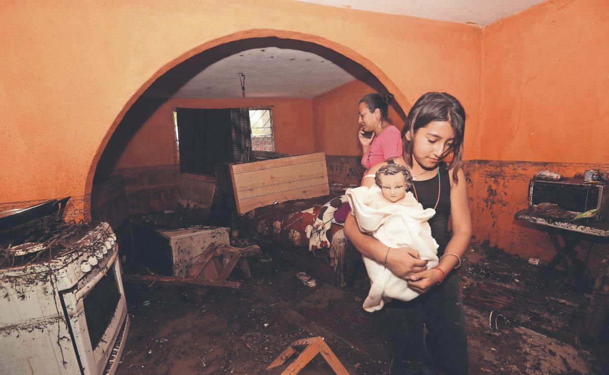 Casa termina sepultada en lodo tras lluvias y deslave de un cerro en Atizapán