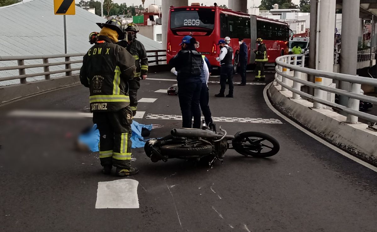 Metrobús le deshace la cabeza a un motociclista que empezaba su viernes, en Muyuguarda CDMX