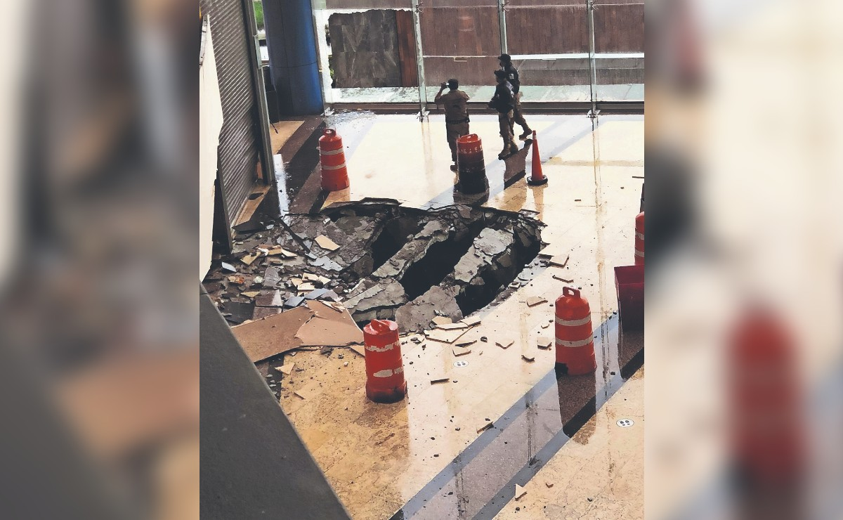 Piso de plaza comercial queda destruido tras caída de rayo, en Lomas Verdes del Edomex