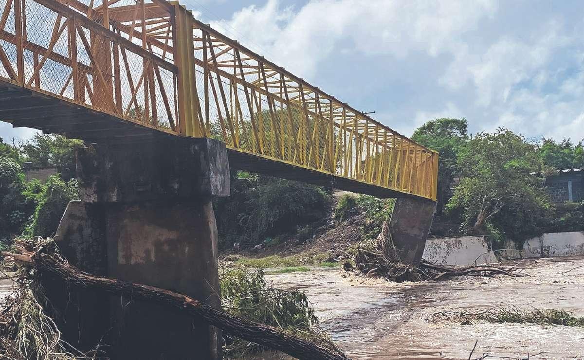 Puente que está sobre río termina bien torcido tras salvajes inundaciones, en Morelos
