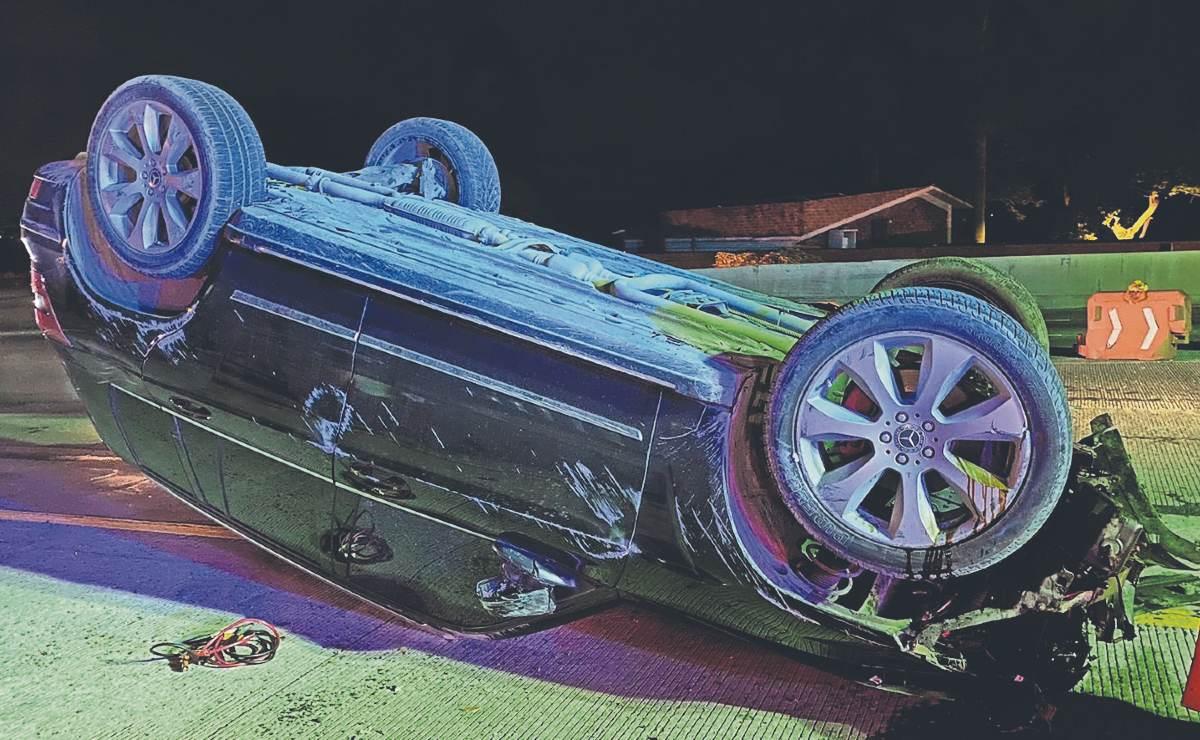 Conductor a exceso de velocidad se estrella y vuelca su camioneta de lujo, en Morelos