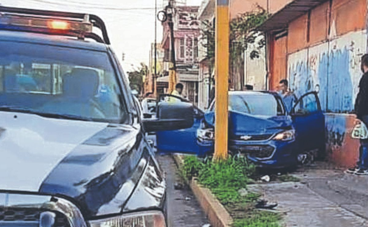Automovilista se estampa contra vendedor de gelatinas con todo y su carrito, en Morelos