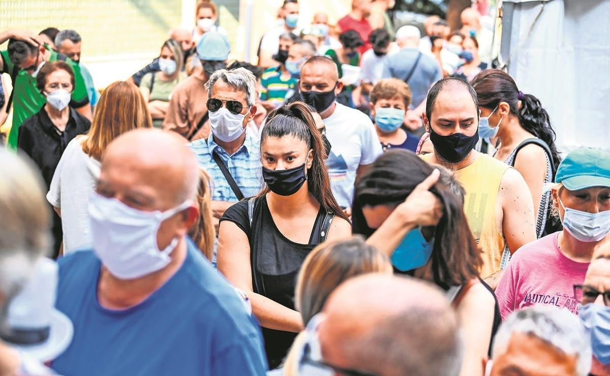Ante restricciones y rebrote de Covid, franceses rompen récord para vacunarse