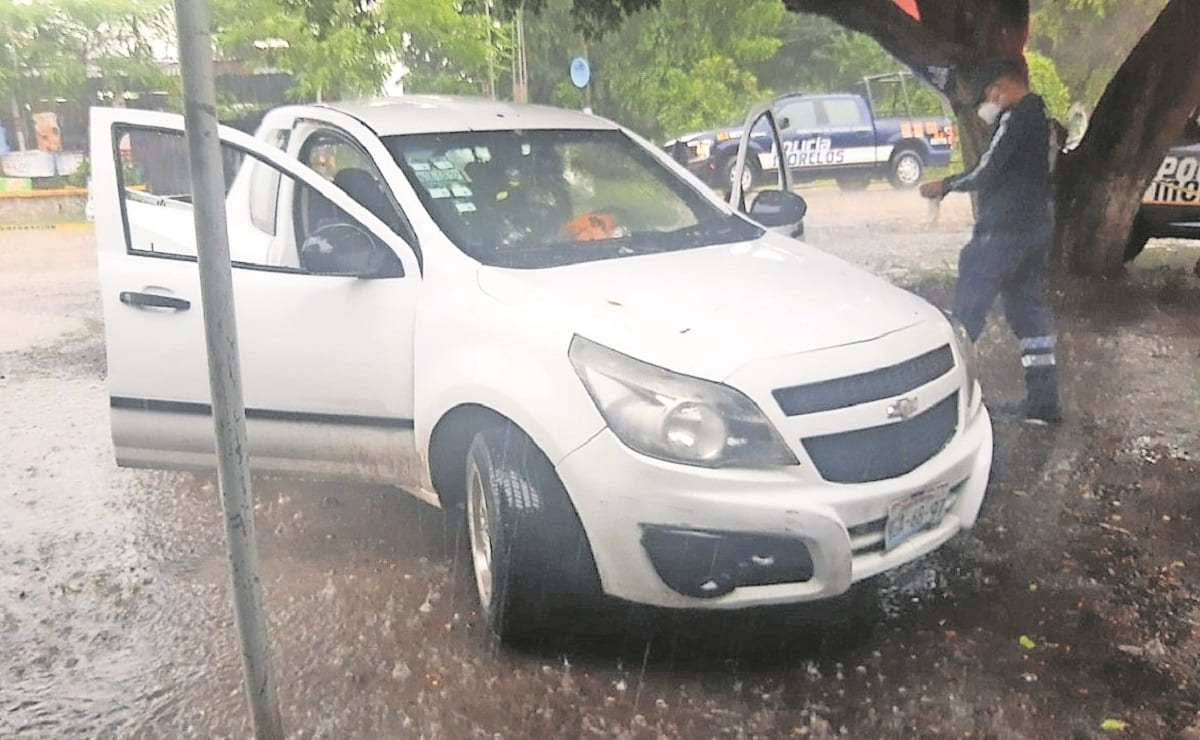 Ejecutan a hombre de 7 disparos cuando se encontraba estacionado en su carro en Morelos
