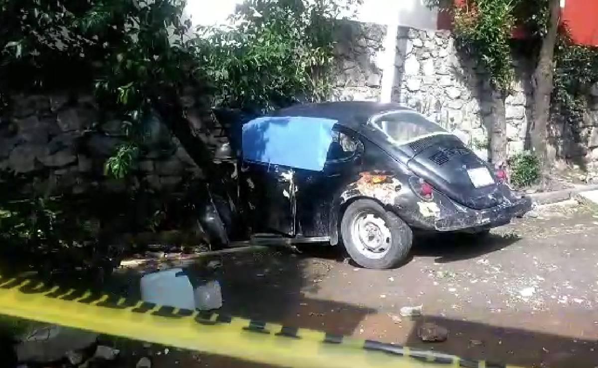 Muere conductor de vochito tras chocar contra coche, árbol y muro, en Naucalpan
