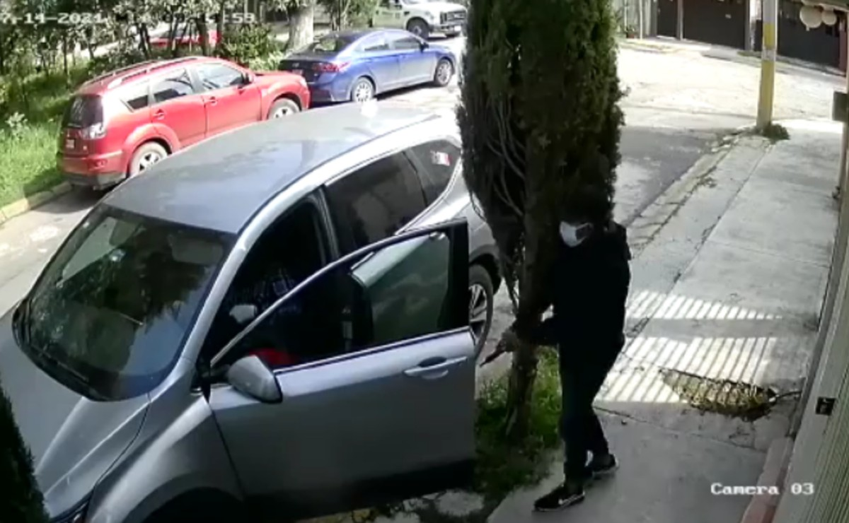 (VIDEO) Sujetos armados amagan a señora y le roban su camioneta, en Tultepec