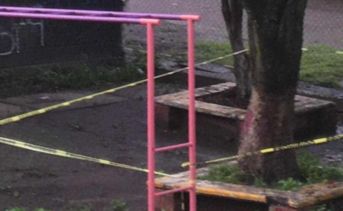 Abandonan cuerpo de hombre junto a jardín de niños en el Edomex, tenía heridas de bala