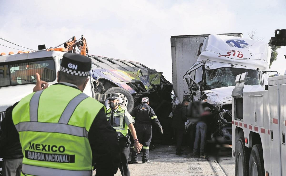 Dos hombres quedaron cercenados al arrollarlos un camión en la México-Querétaro
