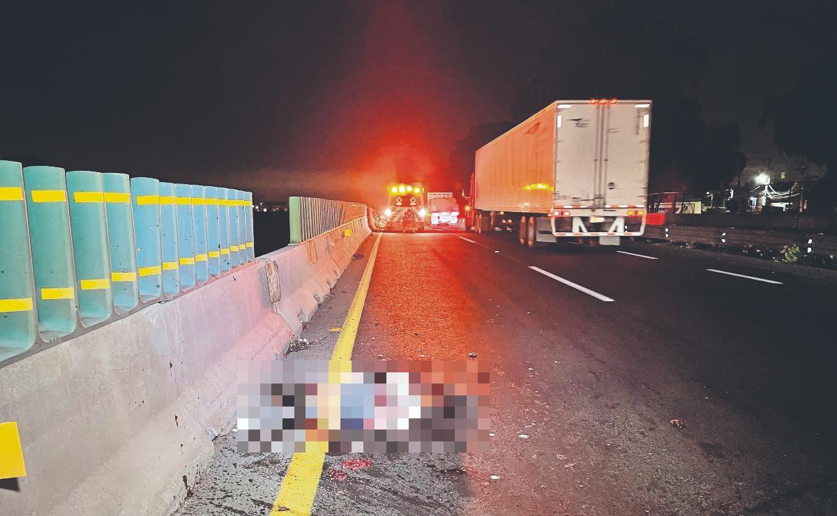 Hombre intenta atravesar el Circuito Exterior Mexiquense y termina despedazado por autos
