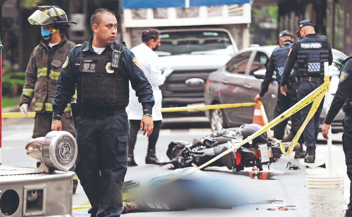 Militar acelera ambulancia del Ejército en semáforo rojo y mata a motociclista, en la CDMX