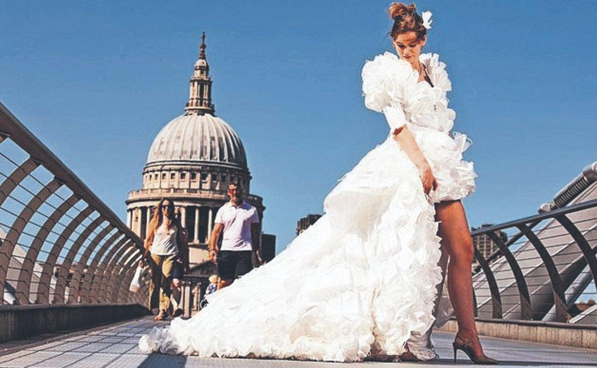 Diseñador confecciona vestido de novia con mil 500 cubrebocas reciclados, en Inglaterra