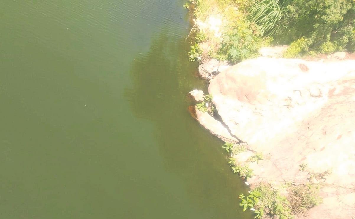 Hallan cadáver de un hombre envuelto en una cobija en la entrada de una presa, en Morelos