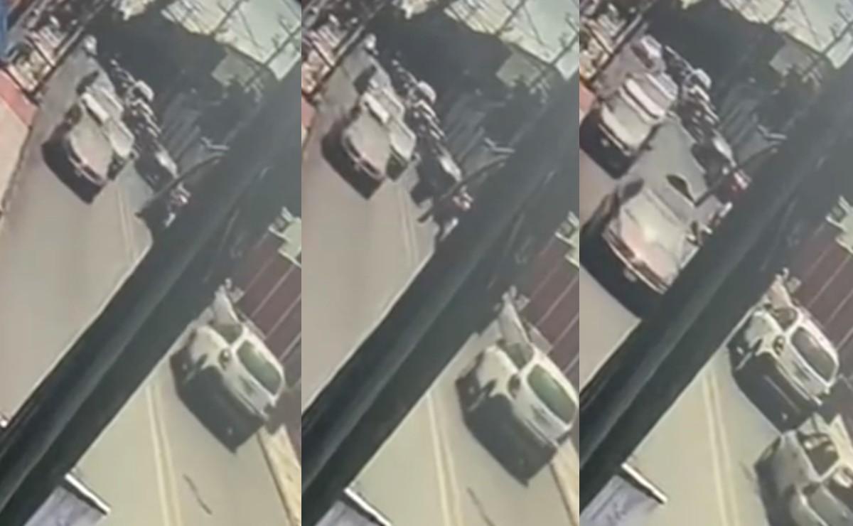 Video capta la muerte de dos asaltantes en moto tras chocar contra un taxi, en Cuernavaca