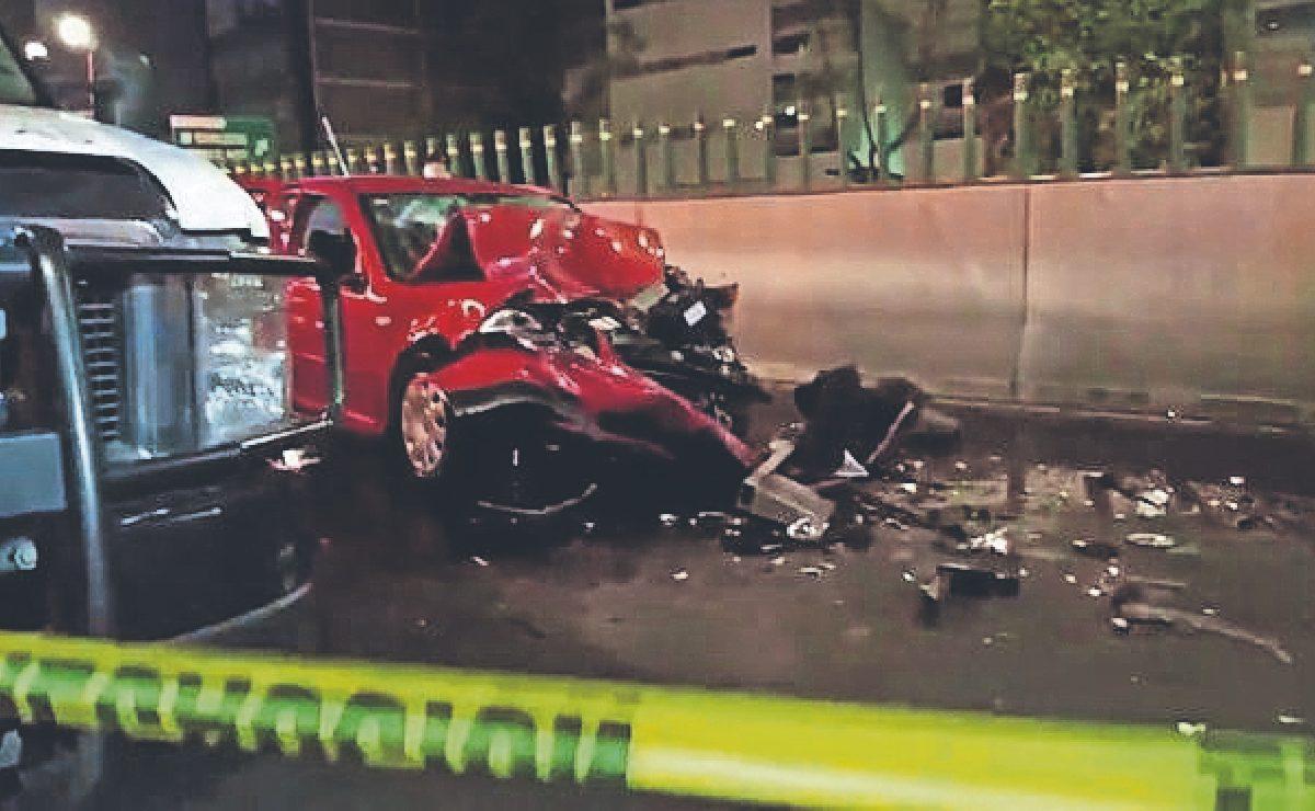 Conductora que iba veloz choca contra camión estacionado y muere, en la Álvaro Obregón