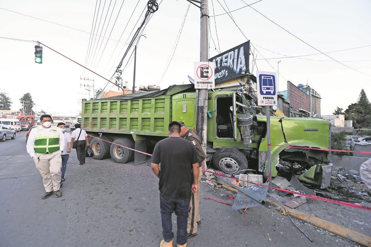 Peatón muere prensado entre camión de carga y una barda, en Ixtapaluca