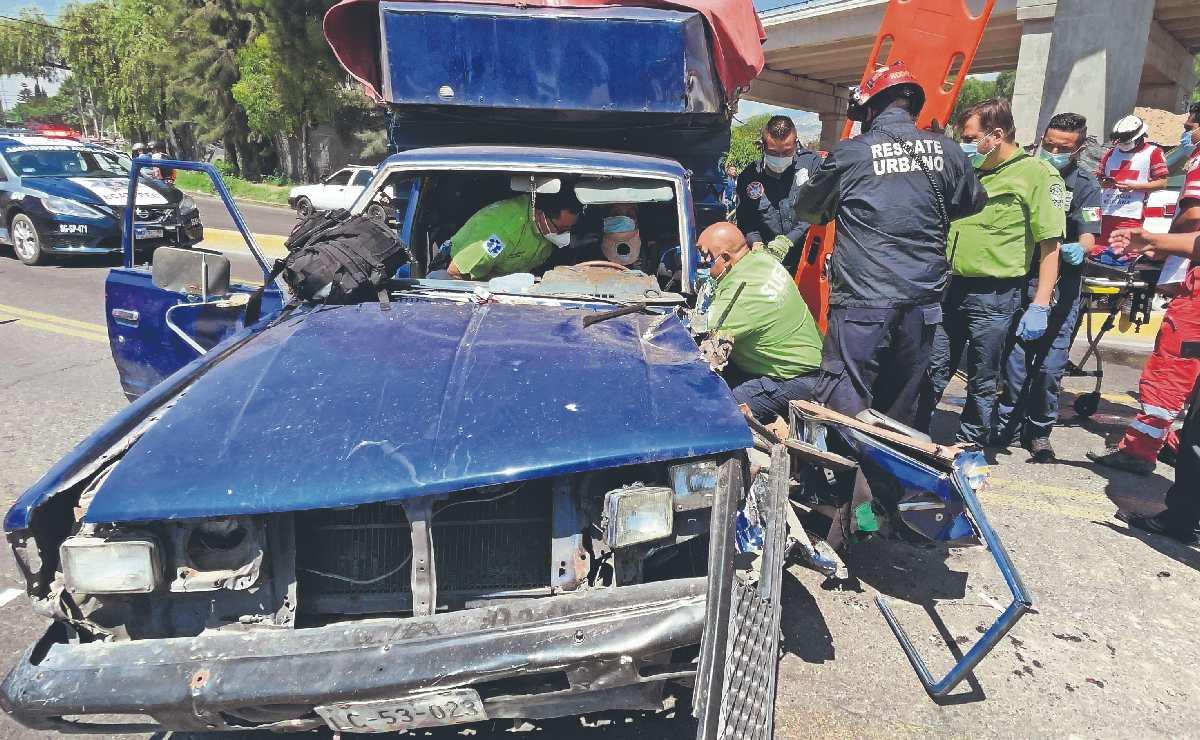 Hombre mayor queda prensado pero sobrevive, invadió el confinado del Mexibús en Edomex