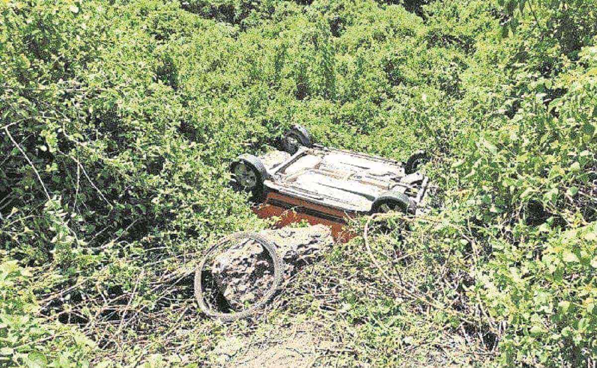 Mujer muere aplastada por su vehículo, tras volcar y caer a una barranca en Morelos