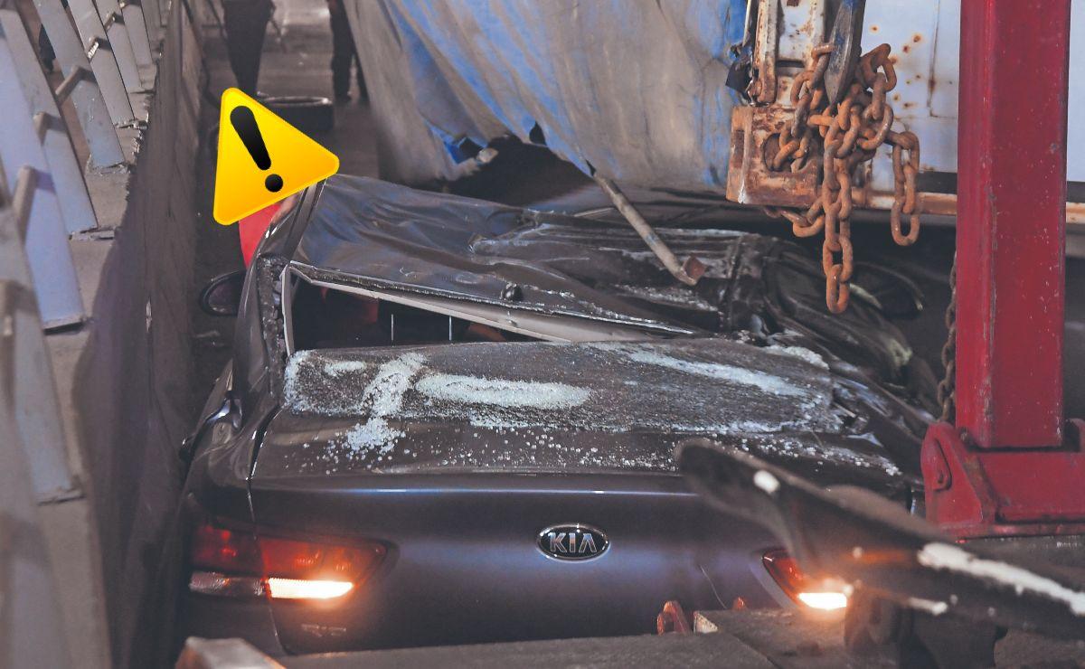 Conductora sobrevive de milagro luego de que caja de tráiler aplastara su auto en Periférico Norte
