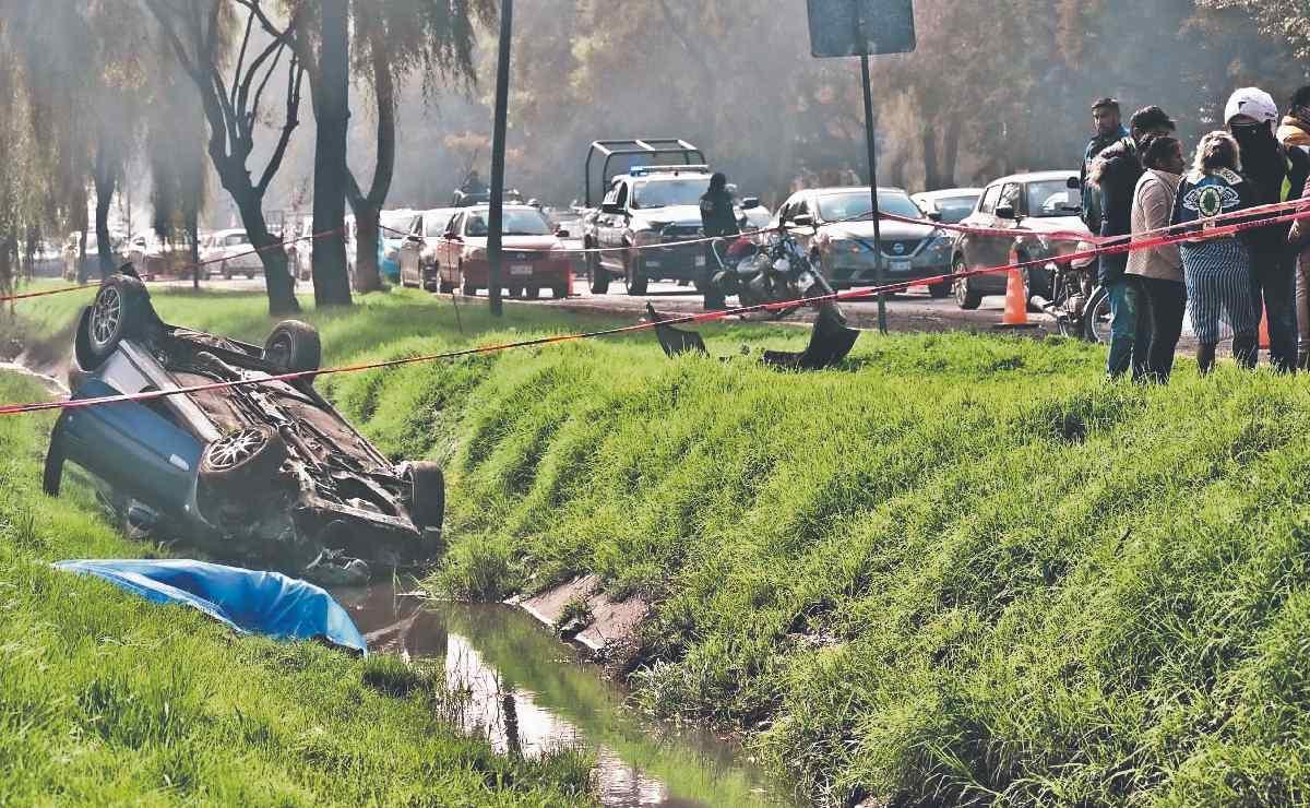 Motociclista termina muerto tras ser aventado por un auto a toda velocidad, en Toluca