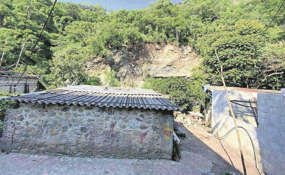 Vecinos de Cuernavaca denuncian abandono de Protección Civil, tras derrumbe de paredón