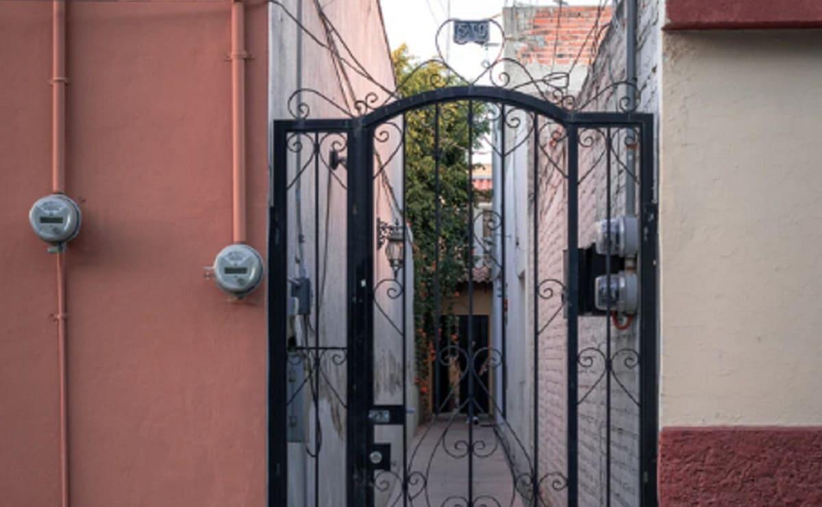 Hombre toca varias veces la puerta de su casa, no le abren y lo matan en la CDMX