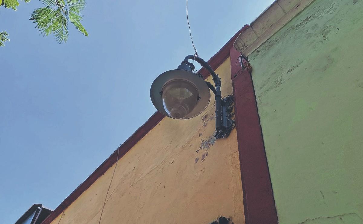 Se va la luz en calle de Cuernavaca y delincuentes aprovechan para llevarse los cables