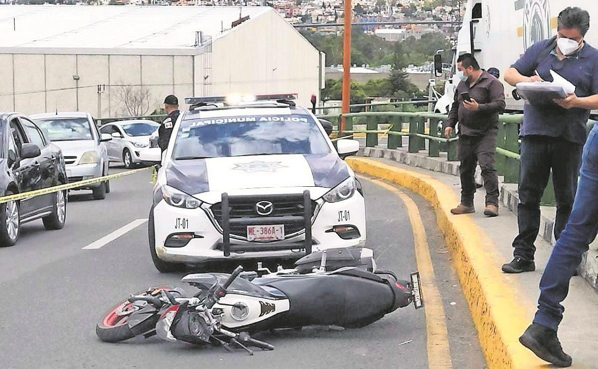 Biker muere al caer de puente vehicular en Tlalnepantla, chocó con la barra de contención