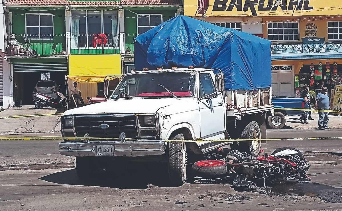 Camioneta de tres toneladas y media embarra en el asfalto la vida de un biker, en Edomex