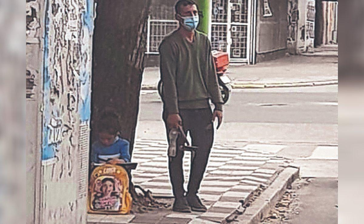 Niña se viraliza por hacer tarea en la calle mientras su papá trabaja en un semáforo