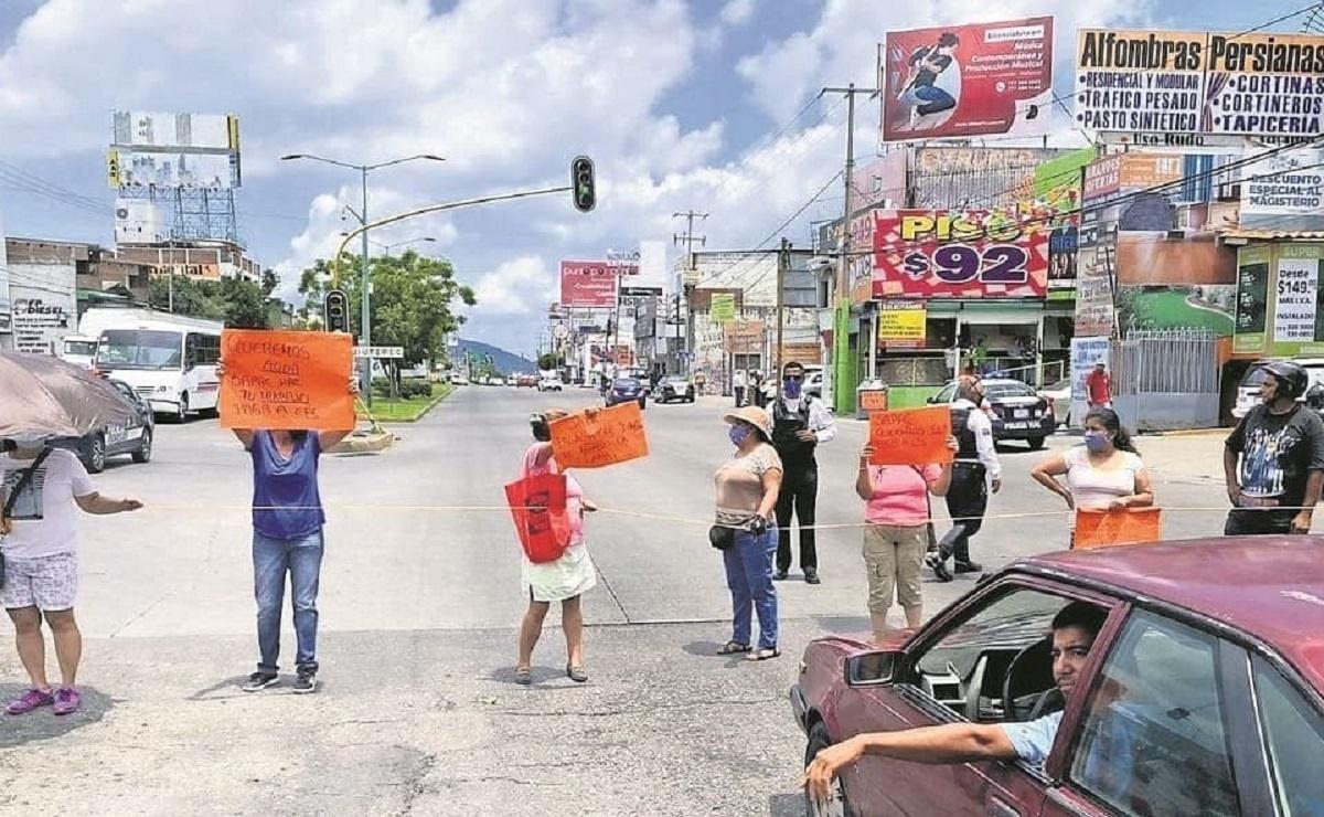 Bloquean bulevar Cuauhnáhuac en Cuernavaca, vecinos exigen abasto de agua potable
