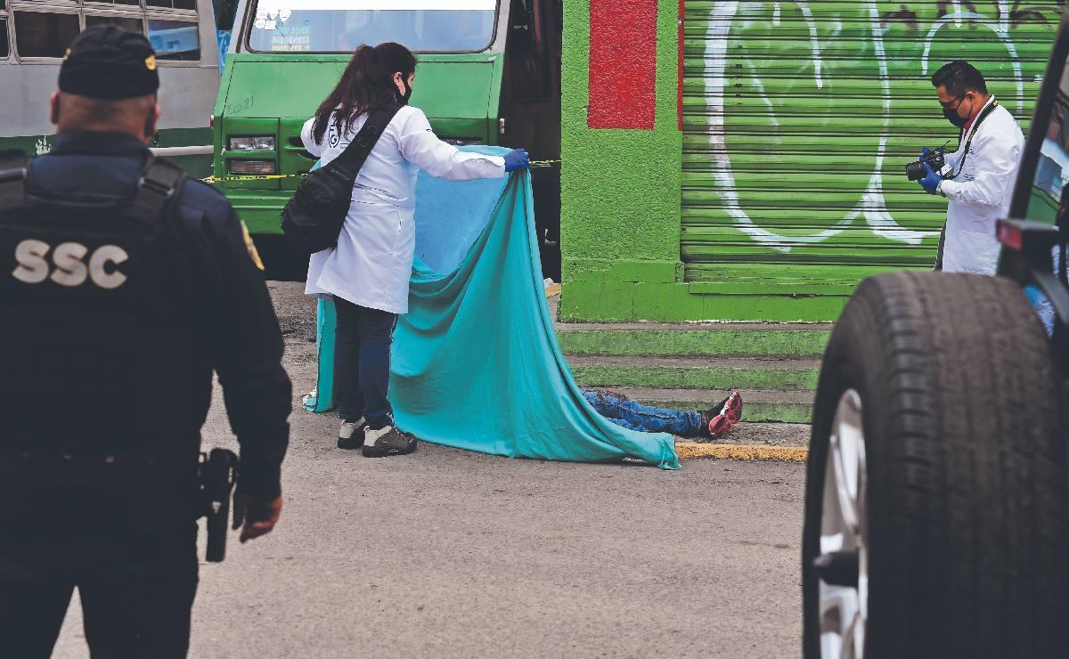 Menor de edad le entierra cuchillo de 30 centímetros a un joven y lo mata, en Iztapalapa