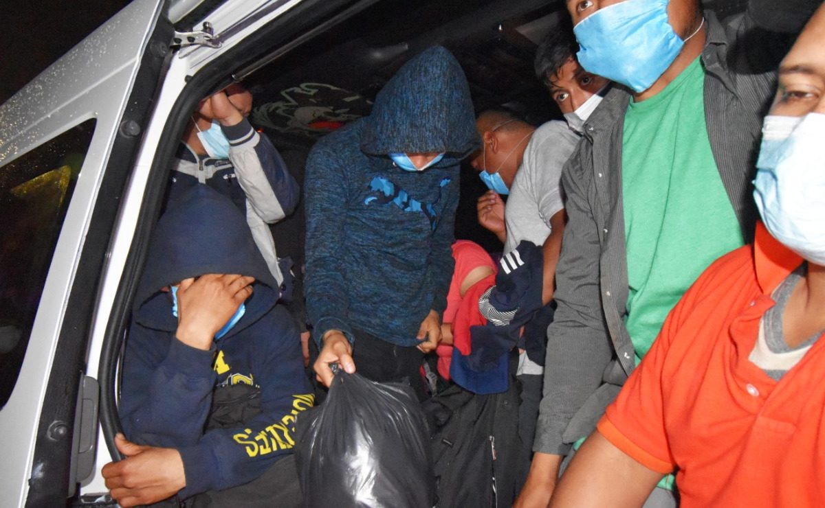Rescatan a 25 migrantes cuando los trasladaban en una combi, en Ecatepec