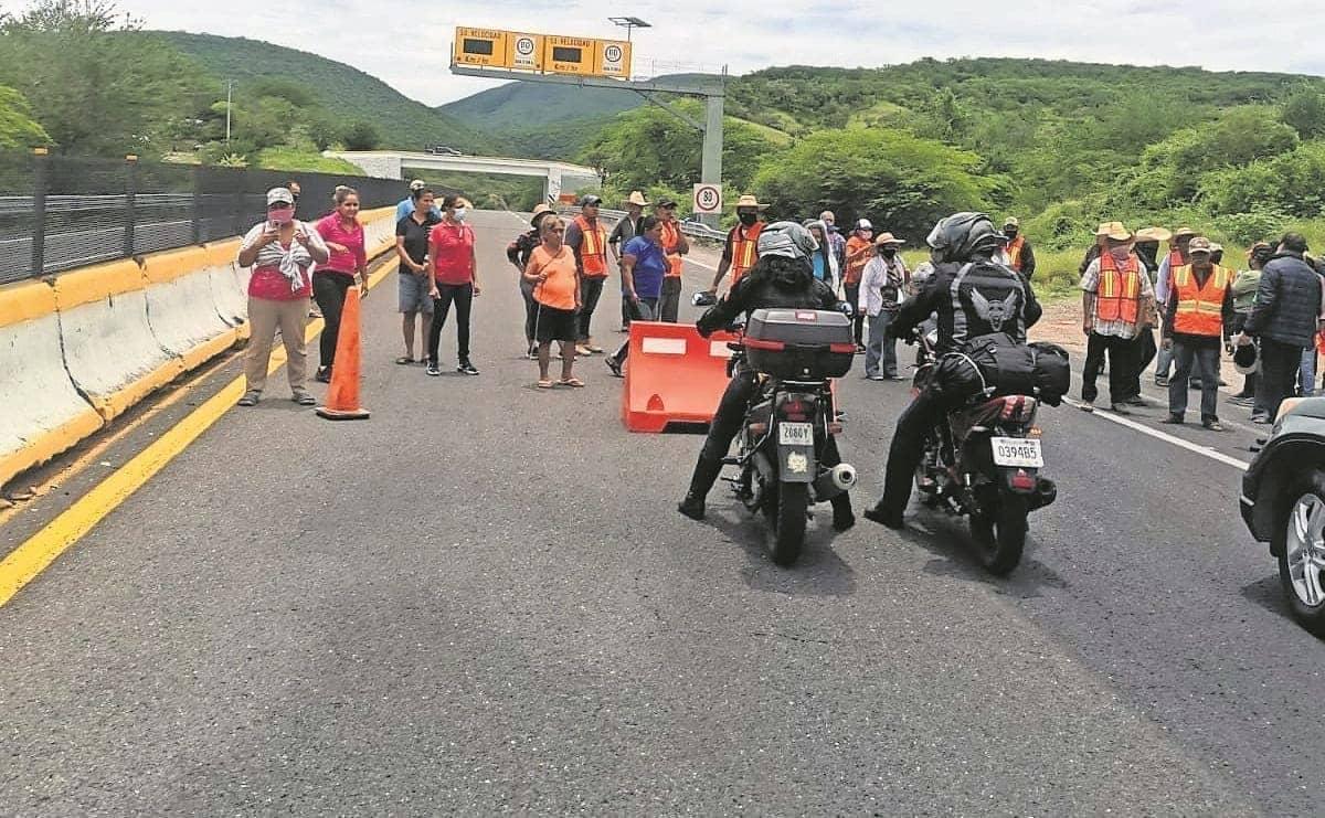 Vecinos de Coaxitlán bloquearon la Cuernavaca-Acapulco, reportan invación de tierras