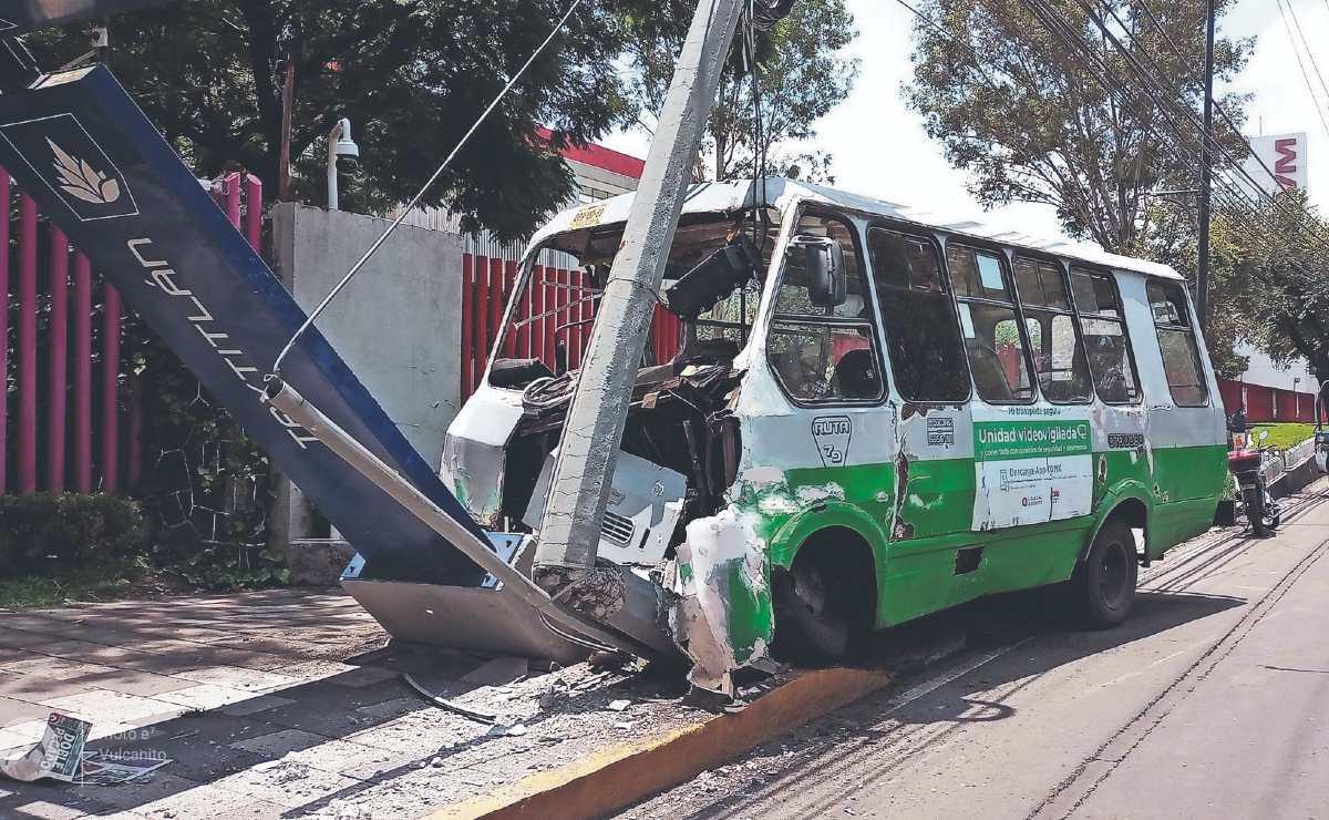 Chofer de microbús se estampa contra un poste en CDMX, él y cinco pasajeros se lesionaron