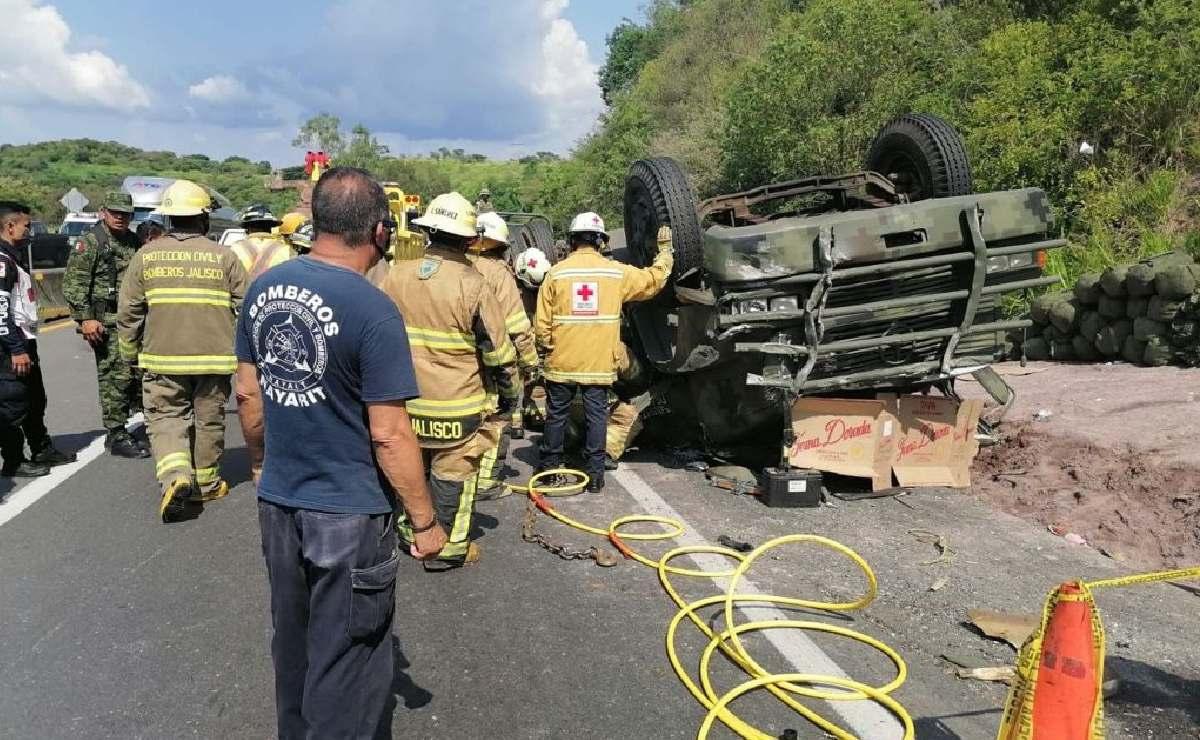 Camión de la Sedena termina volteado en Jalisco y mueren dos militares, hay otros 21 heridos