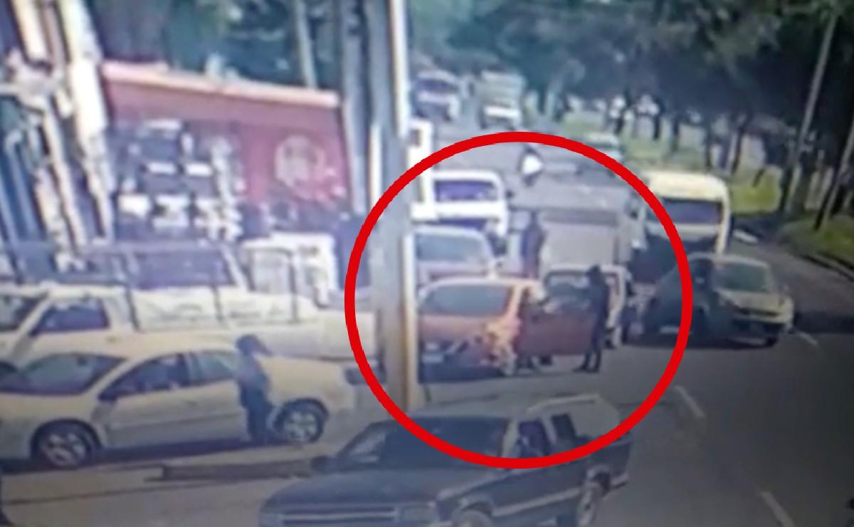 Asaltante es atropellado por automovilista en gasolinera de Ecatepec y recibe golpiza