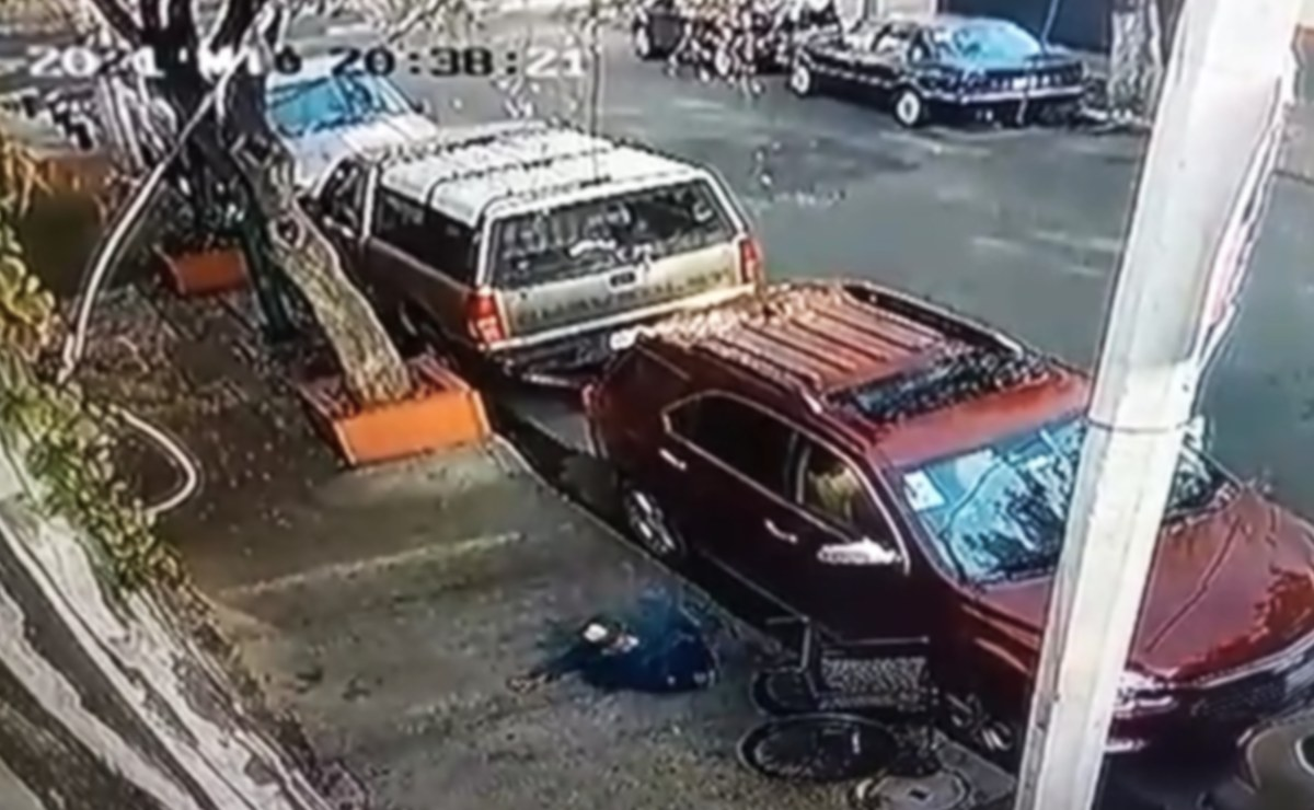 Hombre sin piernas roba autopartes y engaña a transeúntes en su silla de ruedas, en CDMX