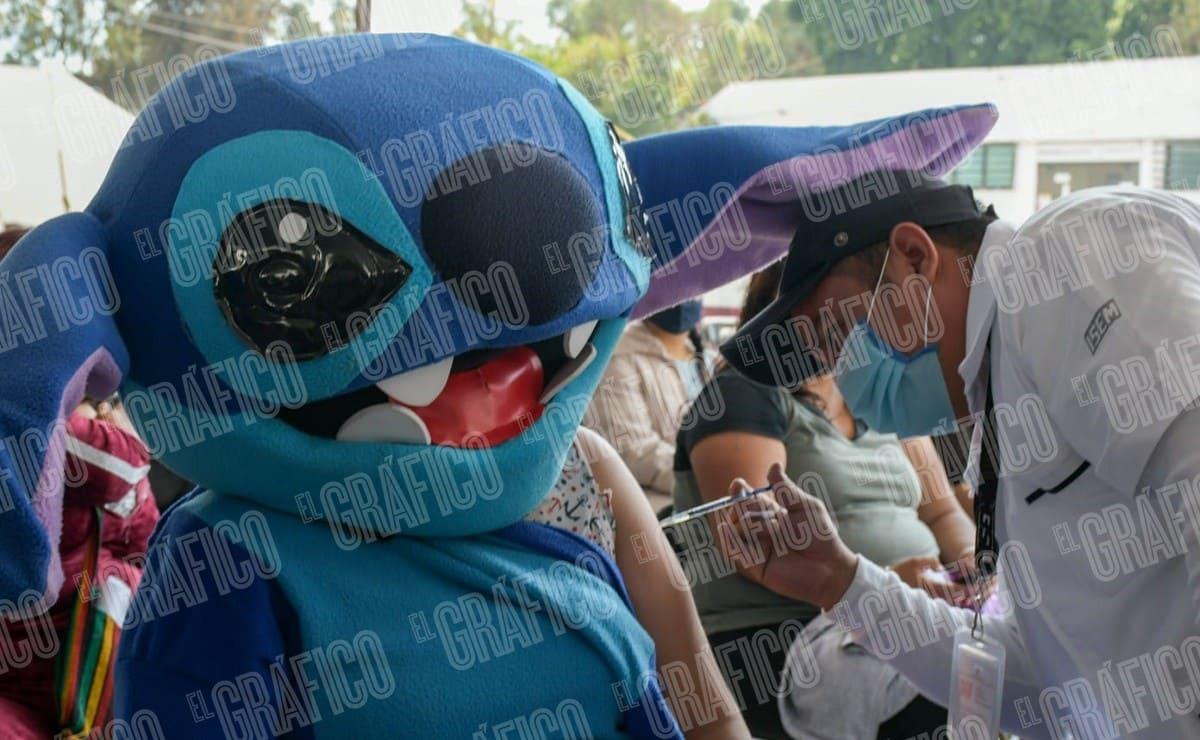 Centennials se disfrazan para recibir vacuna contra Covid, en Nezahualcoyotl