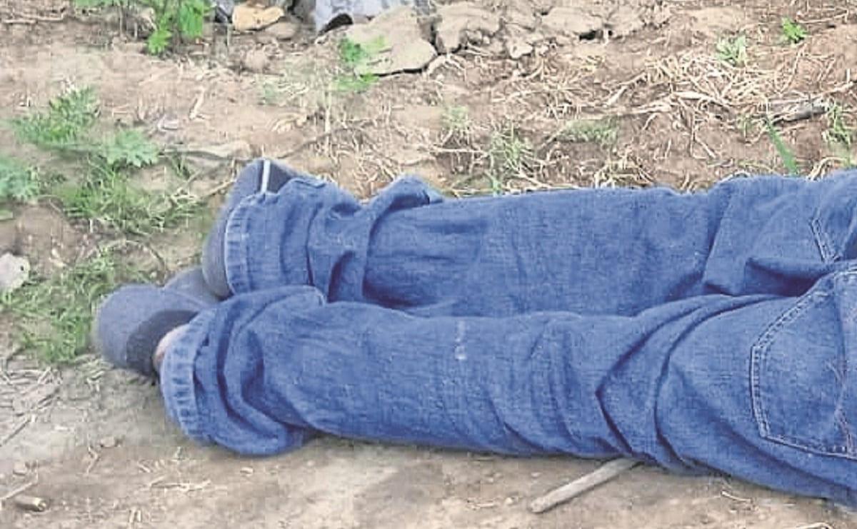 Matan a hombre a balazos en cabeza y espalda, lo abandonan junto a la carretera en Morelos
