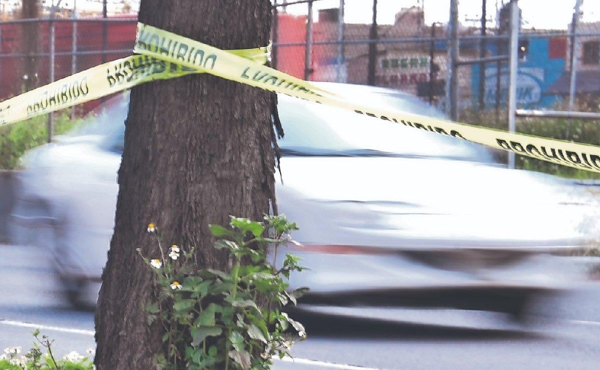 Peatón falla al esquivar autos en plena avenida y uno lo manda al cielo, en Nezahualcóyotl