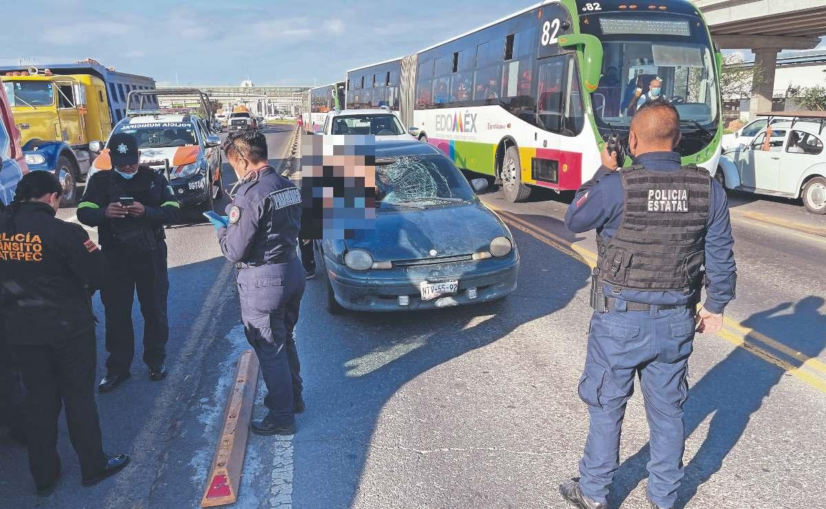 Auto invade el confinado del Mexibús y destroza el cuerpo de joven, sobre Avenida Central