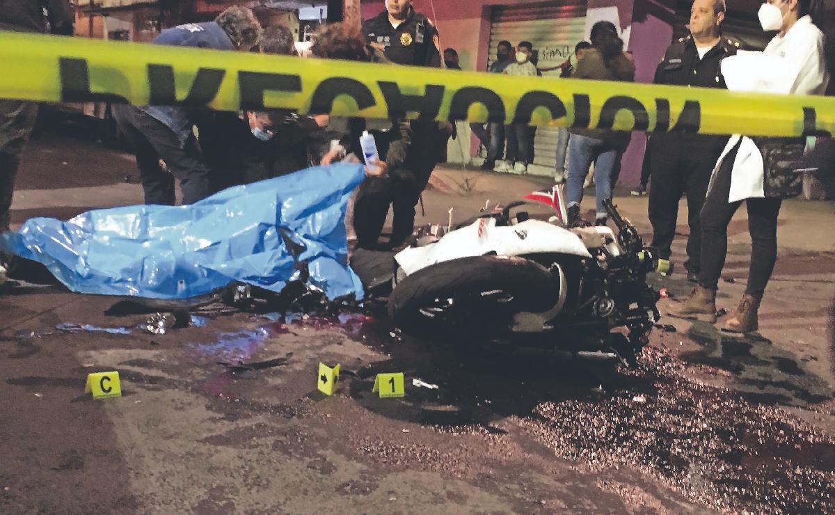 Mueren hermanos que iban en moto tras ser atropellados en Iztapalapa, una era menor de edad