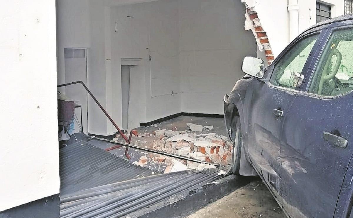 Conductor de camioneta se estrella contra un negocio en Morelos, no hubo lesionados