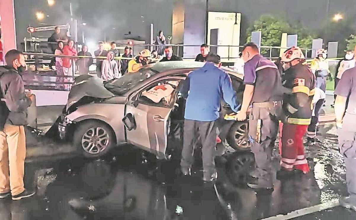 Conductor muere al chocar su auto contra poste en Reforma, en la CDMX
